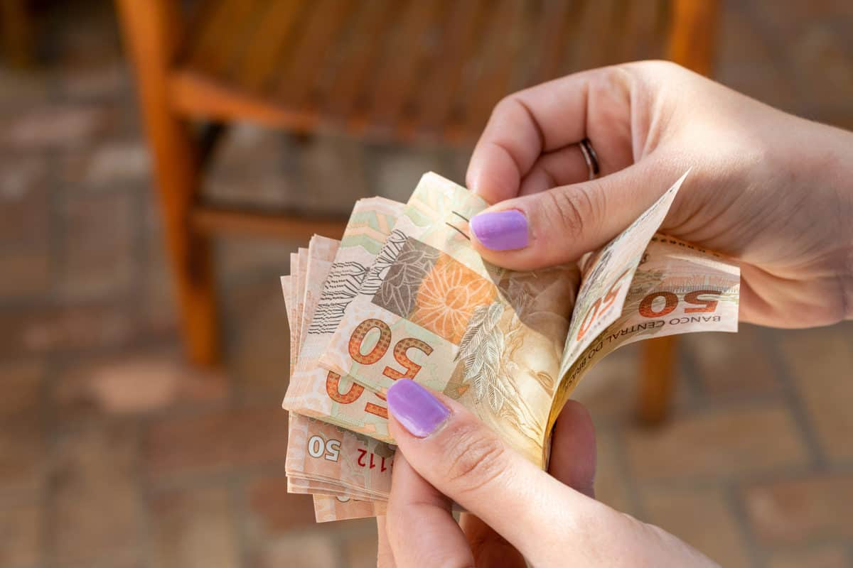 mulher pagando com dinheiro