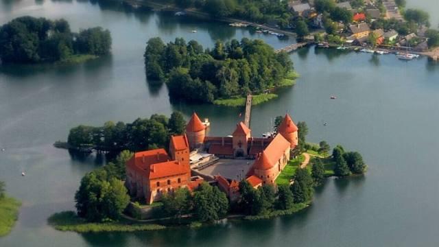 Trakai, il castello sul lago che sembra  sospeso nel tempo