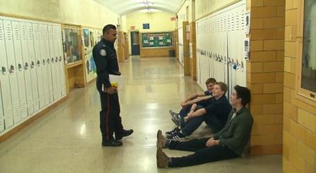 Ativistas aplaudem votação para tirar agentes policiais das escolas de Toronto