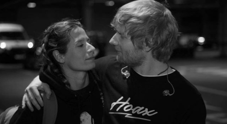 """Ed Sheeran casa em segredo e é """"apanhado"""" em entrevista"""
