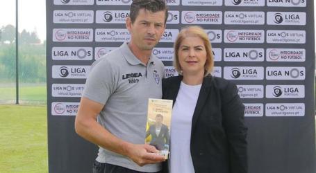 Manta Santos recebe prémio de melhor treinador de agosto
