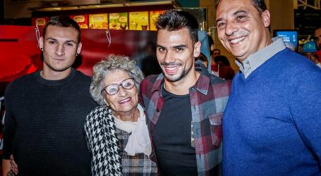 Miguel Oliveira recebido em apoteose no aeroporto de Lisboa