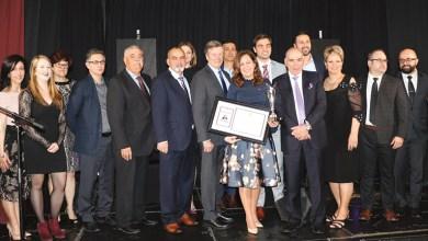 A vice-presidente da Câmara de Toronto, Ana Bailão, acompanhada de John Tory, dos seus colaboradores e da comissão responsável pelo Community Spirit Award atribuído pelo CCPM