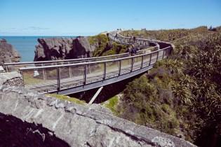 Punakaiki, Neuseeland, New Zealand, Westküste, am Meer, Pancake, Blowholes, Sightseeing, High Tide, Flut, Weg, Brücke