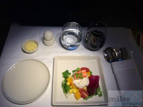 Überbackene Alaska-Königskrabben und Mango Salsa an Mesclun Salat