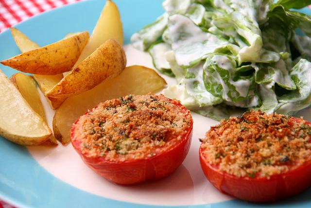 Gefüllte Tomaten mit Kartoffeln und Salat