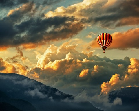 Bild: Fallschirmspringen aus dem Heißluftballon, Fotolia©Stillkost
