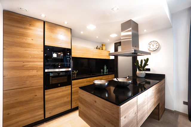 Beyaz döşemesiz bir mutfak