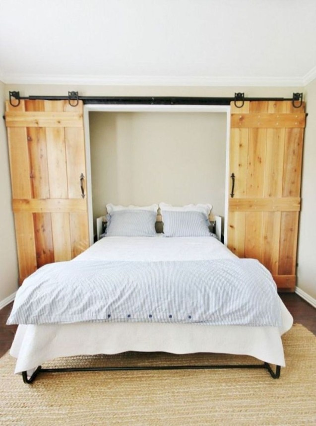 Dolapta bir çift katlanır yatak