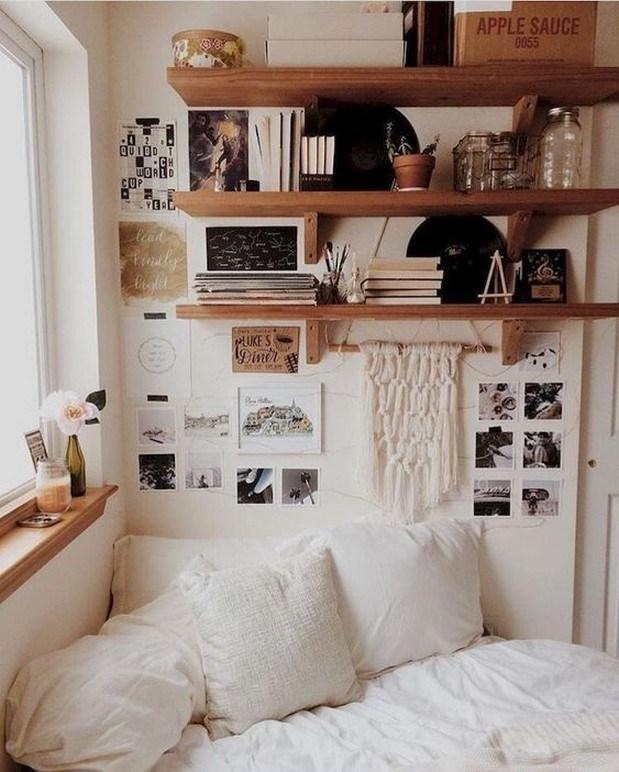 Küçük bir odada alandan yararlanmak için tavana kadar raflar