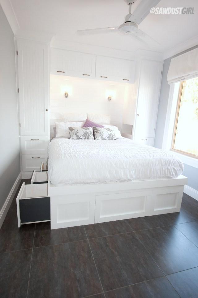 Özel bir yatak başı duvar dolabı