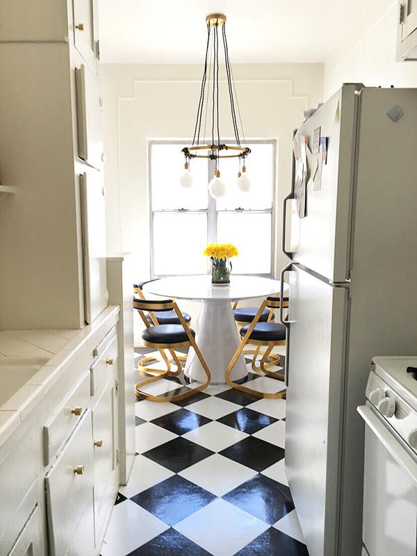 Küçük, modern bir yemek odası