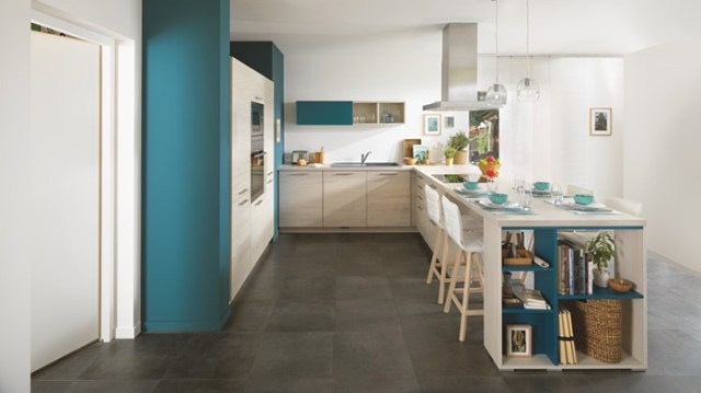 Açık renkli ahşap ve mavi renkte Schmidt modern mutfak
