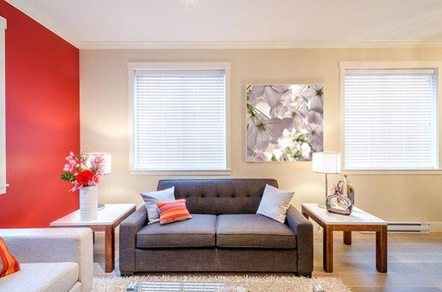 Gri kanepe ile kombine edilmiş duvarlarda bej ve kırmızı renk
