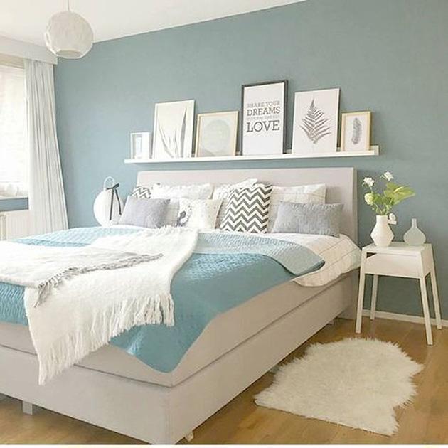 Mavi ve beyaz rengi birleştiren bir yatak odası