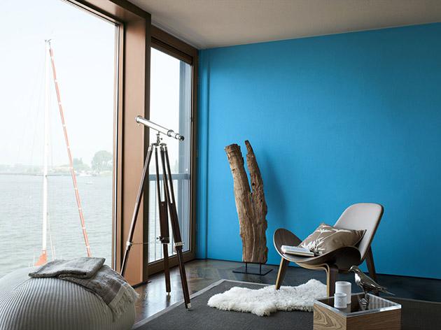 Maviyi kahverengi tonlarla birleştiren bir oturma odası