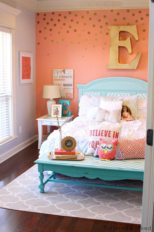 Duvarlarda şeftali rengine ve masmavi maviye boyanmış bir yatak odası