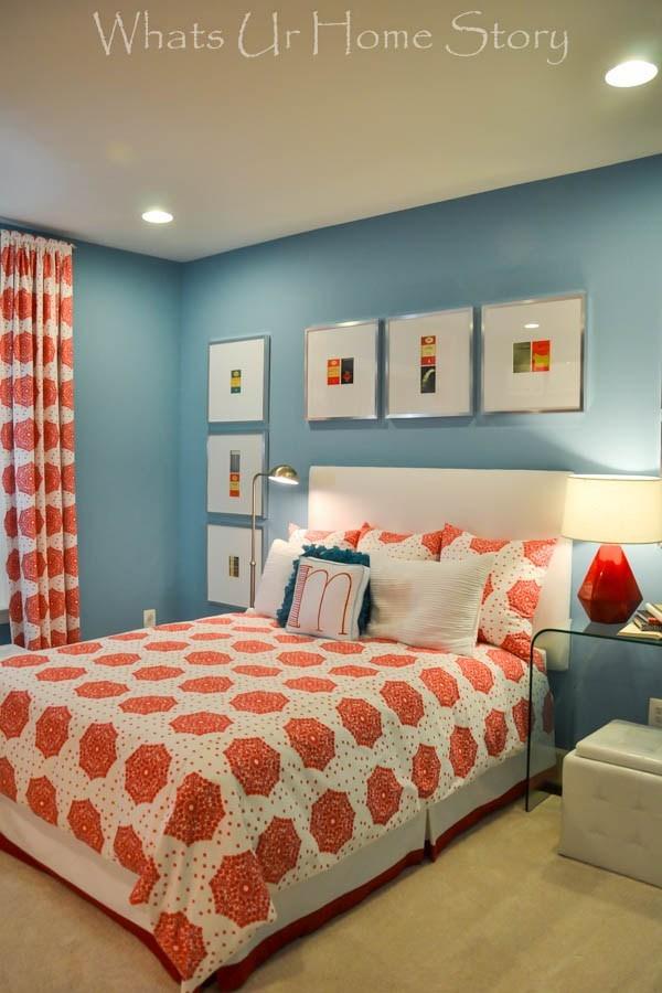 Duvarlardaki mavi rengi turuncu ile birleştiren bir yatak odası