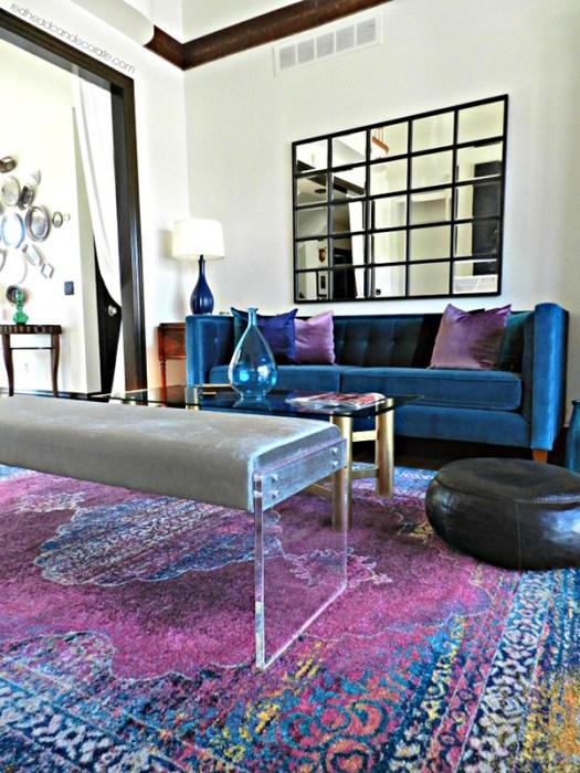Color Azul Petróleo combinado con morado en paredes y decoración