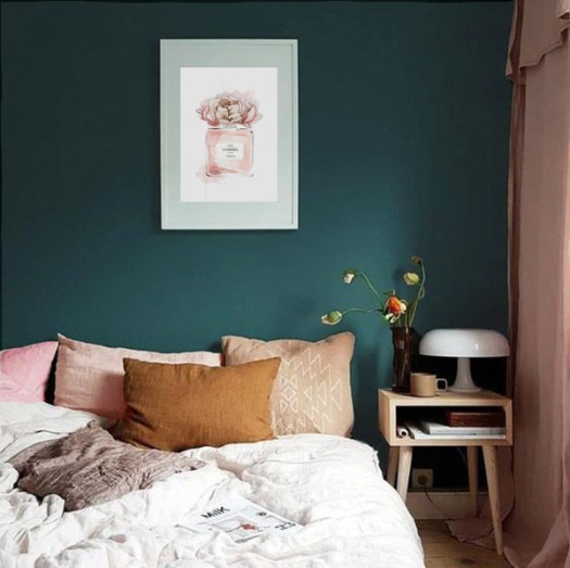 Color Azul Petróleo combinado con rosa en paredes y decoración