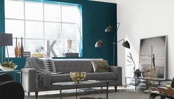 Azul petróleo combinado con blanco en paredes de salón