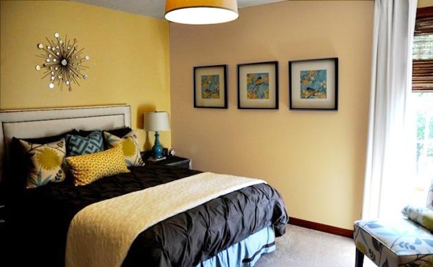 Hardal sarısı ve kahverengi duvarları birleştiren bir yatak odası