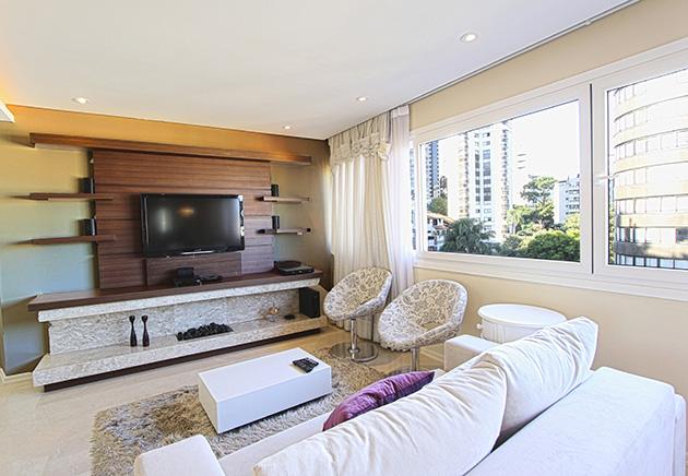 Kahverengi ve bej boyalı duvarlara sahip bir oturma odası