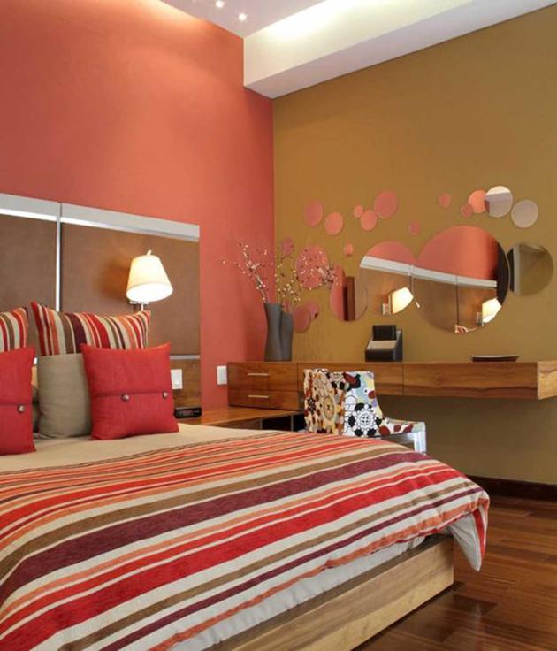 Kırmızı ve kahverengi boyalı duvarlara sahip bir yatak odası