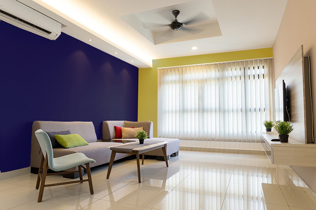 Hardal rengi duvarlarda ve dekorasyonda lacivert ile kombine edilmiştir.