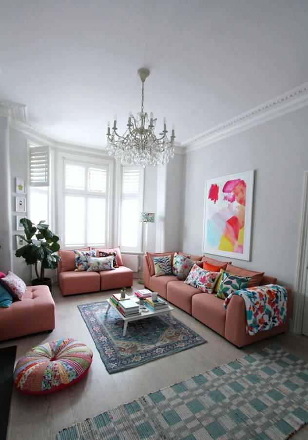 Pastel renklerle boyanmış ve dekore edilmiş bir oturma odası