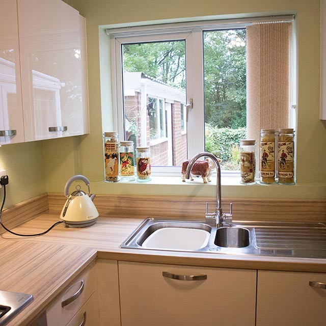 Açık yeşil boyalı mutfak