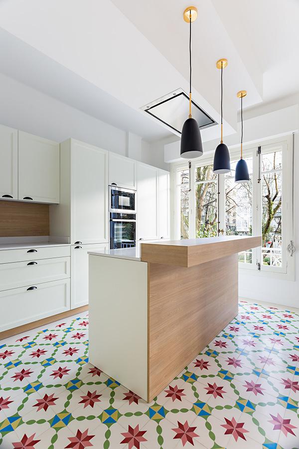 Beyaza boyanmış bir mutfak