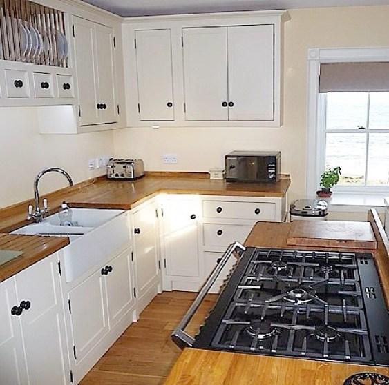Sarıya boyanmış bir mutfak
