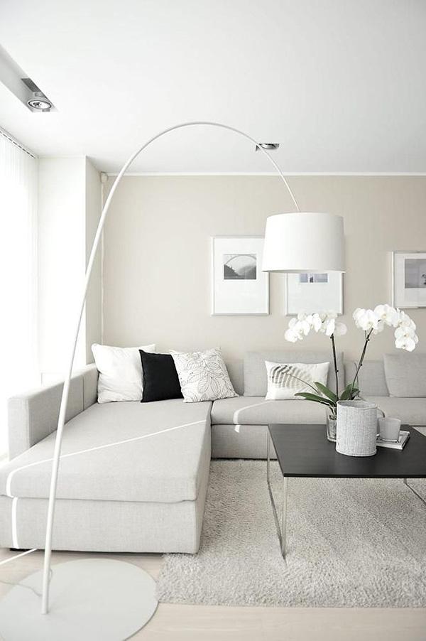 Bej rengine boyanmış rahatlatıcı bir oturma odası