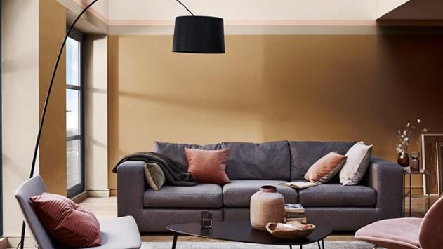 Gri kanepe ile kombine edilmiş duvarlarda baharatlı bal rengi