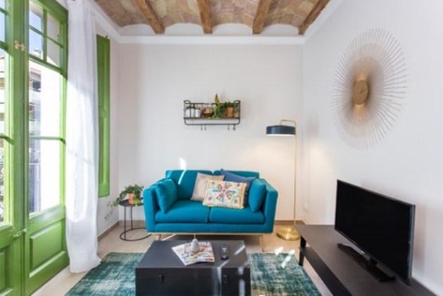 Renk vurgularıyla dekore edilmiş küçük bir oturma odası