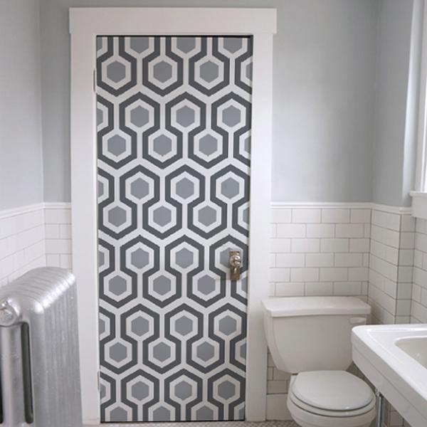 Kapıyı duvar kağıdıyla ücretsiz olarak ve evden çıkmadan dekore edin