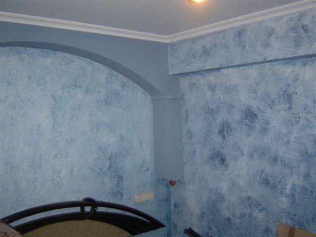 Oturma odasındaki sütunları düz mavi renkte dekore etme fikri