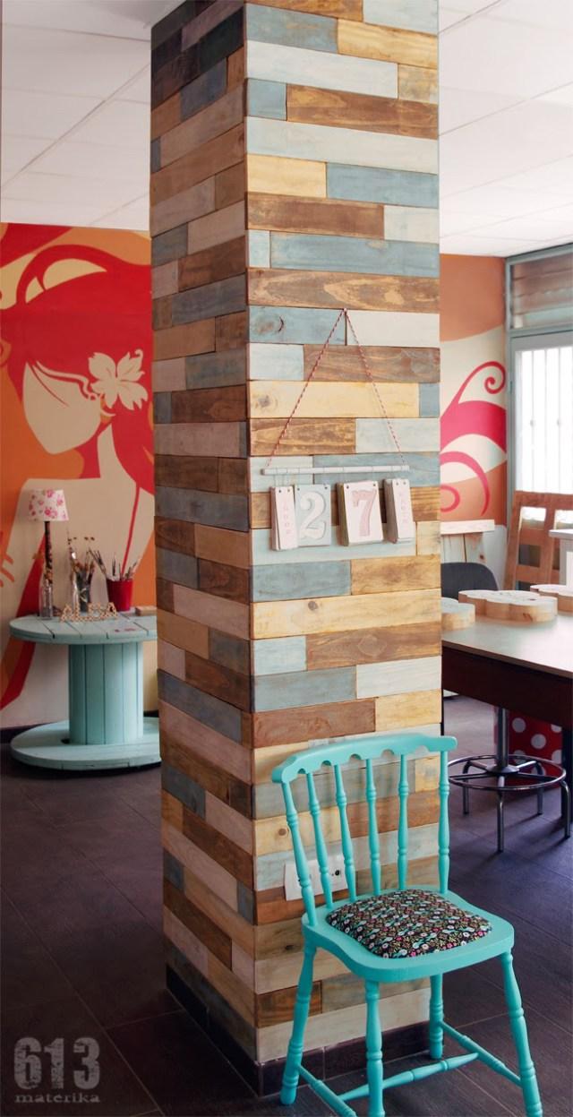 Oturma odasındaki sütunları geri dönüştürülmüş palet ahşabı ile dekore etme fikri