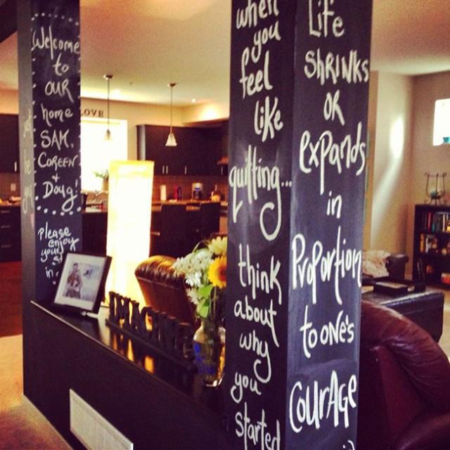 Oturma odasındaki sütunları kara tahta boyasıyla boyayarak dekore etme fikri