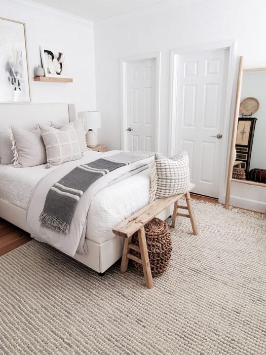Un banco con cestas para decorar el pie de cama