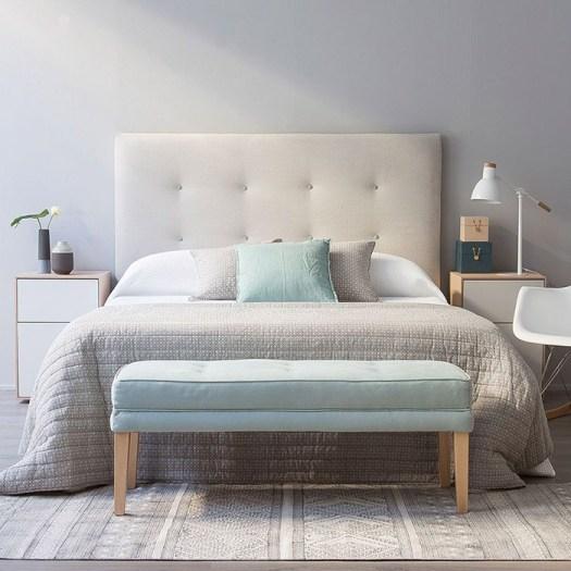 Un banco azul y madera para decorar el pie de cama