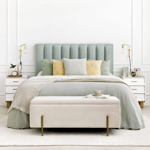 Un banco elegante con almacenaje para decorar el pie de cama