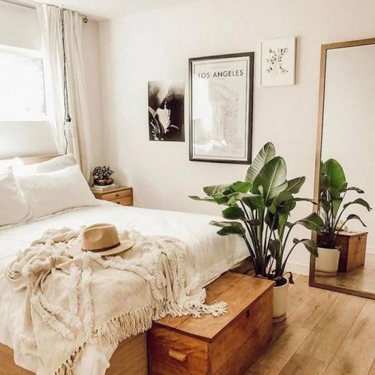 Un baúl de madera para decorar el pie de cama