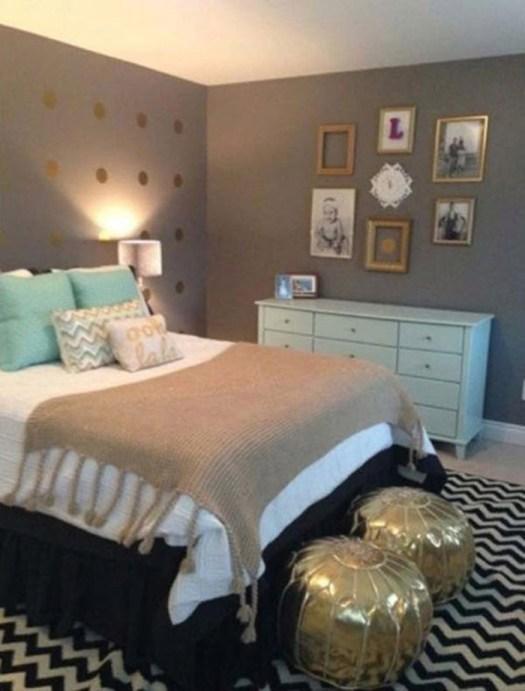 Dos pufs dorados para decorar el pie de cama