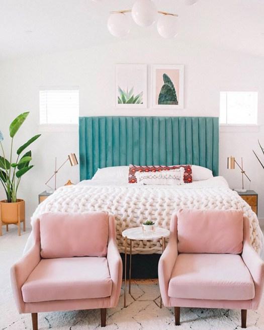 Dos butacas rosas para decorar el pie de cama