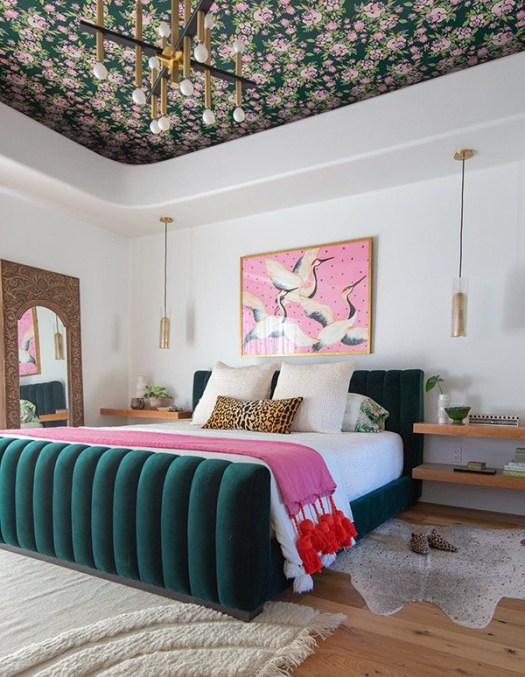 Dormitorio de matrimonio alegre y bonito en verde y rosa con el techo empapelado