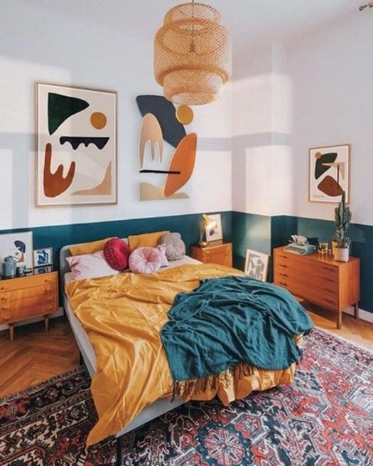 Dormitorio de matrimonio alegre y bonito en azul petróleo y mostaza