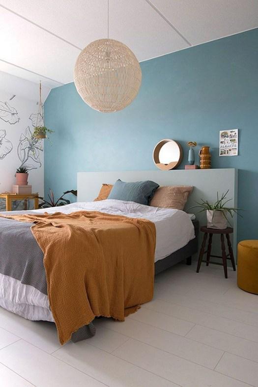 Dormitorio de matrimonio alegre y bonito en azul y mostaza