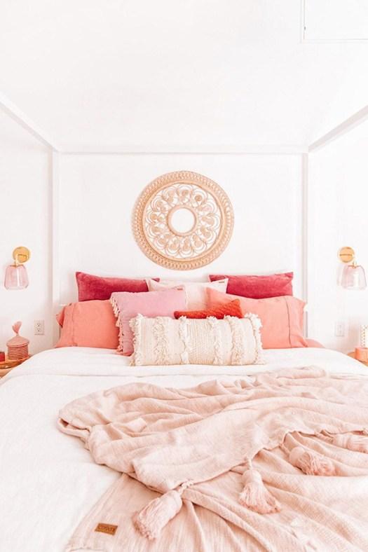 Dormitorio de matrimonio alegre y bonito en blanco con textiles y rosas
